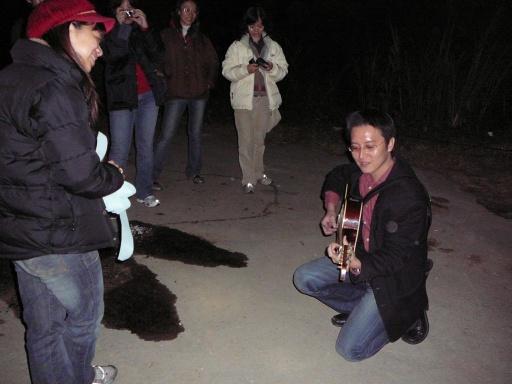 泓志彈吉他